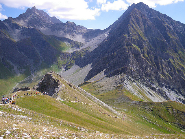 UTMB - Runners make their way down one of the descents